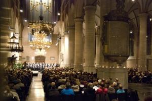 Impressie van de kerstnachtdienst in de Pieterskerk in 2008, opgeluisterd door mannenkoor Vox Humana.