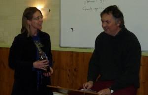 Irene biedt Gerbert zijn cadeau aan.